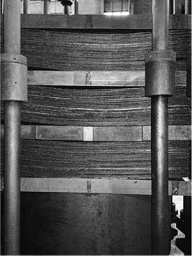 charge of deformable carbon-carbon plates in an electric vacuum furnace in the HTT operation stage
